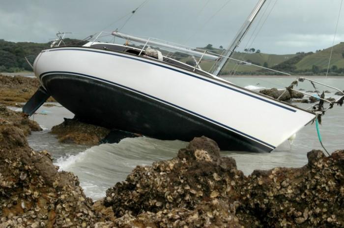 yacht_aground_rocks_s2160956-e1351645046444